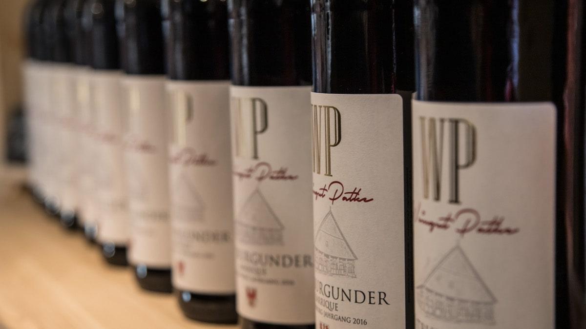Weinflaschen im Ladenregal